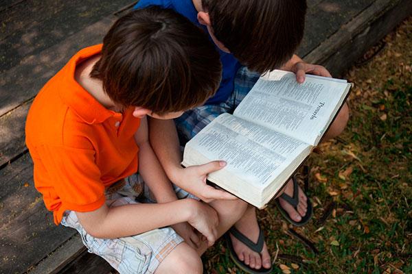 Niños leyendo la Biblia